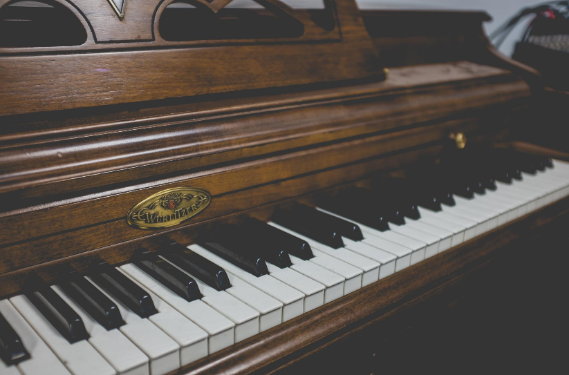 Brown upright piano Photo by NeONBRAND on Unsplash